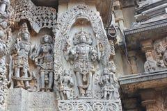 Hoysaleswara寺庙在墙壁外雕刻了与创作的Brahma God阁下雕塑  免版税库存图片
