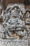 Hoysaleswara寺庙墙壁雕刻与Narasimha Lion阁下雕塑面对杀害邪魔国王的印度神 库存图片