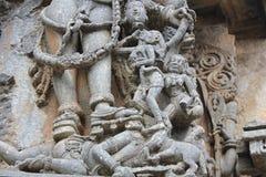 Hoysaleswara寺庙墙壁雕刻从asura的头的邪魔饮用的血液 免版税库存图片
