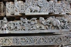 Hoysaleswara雕刻寺庙的墙壁描述战斗与大象的邪魔 免版税图库摄影