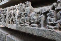 Hoysaleswara雕刻看起来古老外籍人宇航员的寺庙墙壁 免版税库存照片