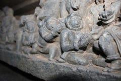 Hoysaleswara雕刻看起来有他们的小配件的古老外籍人宇航员的寺庙墙壁 库存图片