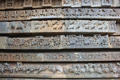 Hoysaleswara świątyni ściana rzeźbił z rzędami rzeźby Mityczny zwierzę Makara, konie i wojownicy -, Obrazy Royalty Free