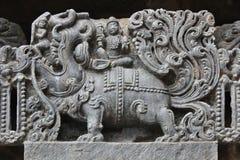 Hoysaleswara świątyni ściana rzeźbił z rzeźbą Makara przewożenia władyki Varuna mityczny zwierzęcy bóg deszcz Fotografia Royalty Free