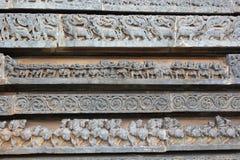Hoysaleswara świątyni ściany cyzelowanie makara mityczni zwierzęcy konie zażarta rywalizacja i Zdjęcia Royalty Free