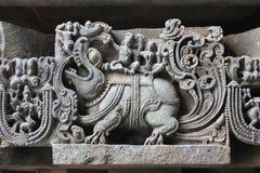 Hoysaleswara świątyni ściany cyzelowanie Makara przewożenia władyki Varuna mityczny zwierzęcy bóg deszcz i jego żona Zdjęcia Stock