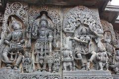Hoysaleswara świątyni ściany cyzelowanie pokazuje władyki Mahavishnu między żeńskim tancerzem i męskim muzykiem Obraz Royalty Free