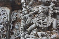 Hoysaleswara świątyni ściany cyzelowanie unicestwia demonu hinduski bóg Zdjęcie Royalty Free