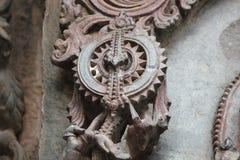 Hoysaleswara-Tempel außerhalb der Wand schnitzte mit der Skulptur, die mechanischem Gang ähnelt Stockbild