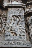 Hoysaleswara-Tempel außerhalb der Wand schnitzte mit Skulptur Lord krishna anhebenden govardhana giri Lizenzfreies Stockfoto
