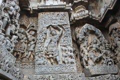 Hoysaleswara-Tempel außerhalb der Wand schnitzte mit Skulptur Lord krishna anhebenden govardhana giri Lizenzfreies Stockbild