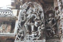 Hoysaleswara-Tempel außerhalb der Wand schnitzte mit der Skulptur von Göttin bhairavi stehend auf einem Dämon Lizenzfreie Stockfotografie