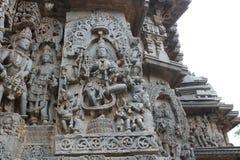 Hoysaleswara-Tempel außerhalb der Wand schnitzte mit Skulptur von Göttin lakshmi Göttin des Reichtums und des Wohlstandes, die au Stockfotografie