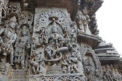 Hoysaleswara-Tempel außerhalb der Wand schnitzte mit Skulptur von Göttin lakshmi Göttin des Reichtums und des Wohlstandes, die au Stockfoto