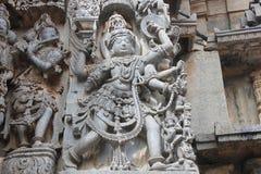 Hoysaleswara-Tempel außerhalb der Wand schnitzte mit Skulptur von Garuda, der Humanoidvogel Lizenzfreies Stockbild