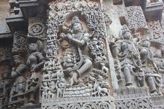 Hoysaleswara-Tempel außerhalb der Wand schnitzte mit der Skulptur von Lord krishna Flöte spielend Lizenzfreie Stockfotos