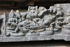 Hoysaleswara-Tempel außerhalb der Wand schnitzte mit der Skulptur von Lord mahavishnu schlafend auf diesem Schlangenbett Stockbilder