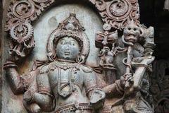 Hoysaleswara-Tempel außerhalb der Wand schnitzte mit Skulptur von Mansana Bhairava Stockbild