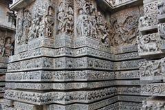 Hoysaleswara-Tempel außerhalb der Wand schnitzte mit Skulpturen des verschiedenen hindischen Gottes und der Göttin und der mythis Lizenzfreie Stockbilder