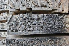 Hoysaleswara-Tempel-Wand-Schnitzen alter des Krieg Szene und Chandravuha stockfotos