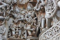 Hoysaleswara-Tempel-Wand schnitzte mit Skulptur des weiblichen Tänzer- und Mannesmusikers Stockbild