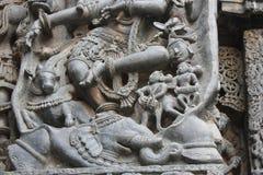 Hoysaleswara-Tempel-Wand schnitzte mit Skulptur von Gajasura den Dämonelefanten unter den Beinen von Lord shiva Lizenzfreies Stockbild