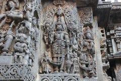 Hoysaleswara-Tempel-Wand schnitzte mit Skulptur von Lord Mahavishnu mit seinem Waffen sankh und chakra Lizenzfreie Stockfotos