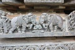 Hoysaleswara-Tempel-Wand schnitzte mit Skulptur von Prahlada angriff durch Elefanten Lizenzfreie Stockfotografie