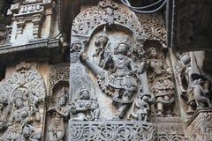 Hoysaleswara-Tempel-Wand schnitzte mit Skulptur von ulagatha perumal Inkarnation von Lord vishnu Lizenzfreie Stockfotos