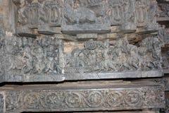 Hoysaleswara tempelvägg som snider rad av att snida visande krigplats Royaltyfri Bild