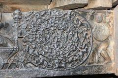 Hoysaleswara tempelvägg som snider visa chandravyuhaen forntida militärt bildande Royaltyfri Foto