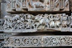 Hoysaleswara tempelvägg som snider visa dödande elefanter för bheema Royaltyfri Bild