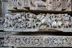 Hoysaleswara tempelvägg som snider visa Mahabharata - Bheema dödande elefanter Arkivbild