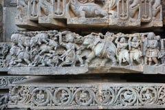 Hoysaleswara tempelvägg som snider visa mahabharatakrigplatsen - dödande lott för bheema av elefanter Royaltyfria Foton