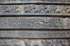 Hoysalesware-Tempel-Wand schnitzte mit Skulpturen von Kriegern und makara von mythischem Tier Stockbild