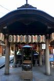 Hozenji tempel eller Hozenji relikskrin på gatan för japanskt folk p Arkivbilder