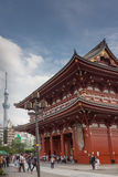 Hozomon port på den Senso-ji templet med det Skytree tornet Arkivbilder