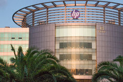 HP κτηρίου στο ηλιοβασίλεμα με τους φοίνικες Στοκ Εικόνα