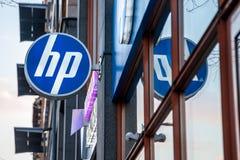 HP logoen på deras strömförsörjning shoppar för Ungern under aftonen Hewlett Packard är en av de huvudsakliga datorproducenterna  royaltyfri foto