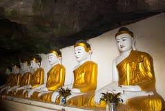 许多菩萨雕象坐,宗教雕刻 Hpa-An,缅甸 缅甸 库存图片
