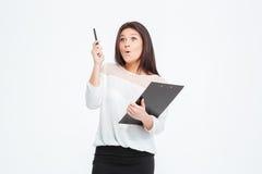 Häpen affärskvinna med skrivplattan Arkivbilder