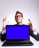 Häpen affärsman som upp till ser något Fotografering för Bildbyråer