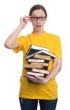 Häpen kvinna i exponeringsglas som rymmer böcker Royaltyfria Foton