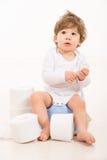 Häpen litet barnpojke på potta Arkivbilder