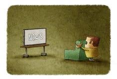 Häpen man som håller ögonen på nyheterna på TV Fotografering för Bildbyråer