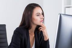 HR有长的黑发的部门雇员 库存照片