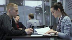 Hr经理与求职者谈话并且观看简历或CV在聘用期间在高科技公园米斯克,白俄罗斯11 24 18 股票录像