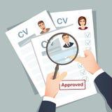 HR经理在工作面试以后审查空位的简历候选人 库存图片