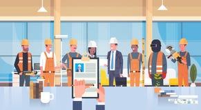 Hr经理手举行建筑工人Cv简历在小组的建造者选择空位工作位置的候选人 库存例证