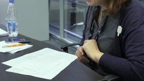 Hr经理观看求职者简历或CV在聘用期间在高科技公园米斯克,白俄罗斯11 24 18 股票录像